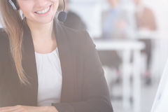 Vrouw die Hoofdtelefoon draagt royalty-vrije stock afbeelding