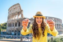 Vrouw die hoofdtelefoons met audiogids in Rome geven Royalty-vrije Stock Foto
