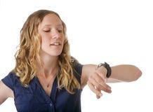 Vrouw die horloge bekijkt Stock Fotografie