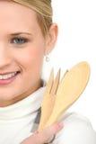 Vrouw die houten lepel houden Stock Fotografie