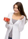 Vrouw die huidige doos overhandigen Stock Foto's