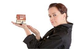 Vrouw die huis blootstelt Stock Afbeelding