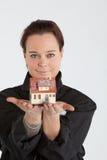 Vrouw die huis blootstelt Stock Fotografie