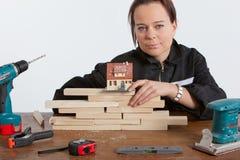 Vrouw die huis construeert Stock Afbeeldingen
