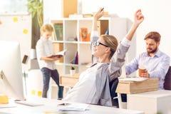 Vrouw die in huisbureau werken, gelukkige onderneemster die smartphone gebruiken royalty-vrije stock fotografie