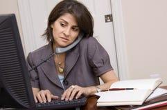 Vrouw die in huisbureau werkt Stock Fotografie
