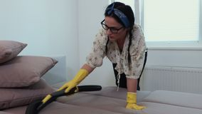 Vrouw die huishoudelijk werk in de ochtend doet stock footage