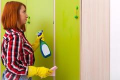 Vrouw die huishoudelijk werk doet stock fotografie