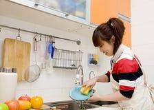 Vrouw die huishoudelijk werk doet Stock Afbeeldingen