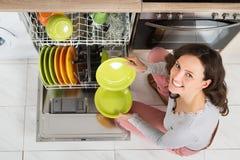 Vrouw die huishoudelijk werk doet Stock Afbeelding