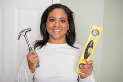 Vrouw die Huisreparaties doen stock afbeelding