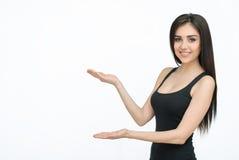 Vrouw die iets met open handpalm tonen stock fotografie
