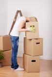 Vrouw die iets zoeken in Kartondoos stock fotografie