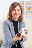 Vrouw die implant van het slakkehuis tonen royalty-vrije stock afbeeldingen