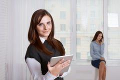 Vrouw die informatie in haar tablet in de voorgrond zoeken stock foto's