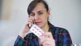 Vrouw die Informatie over Geneesmiddelen vragen telefonisch stock video