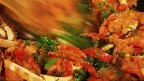 Vrouw die ingrediënten mengen en bataatquesadilla in de keuken koken stock footage