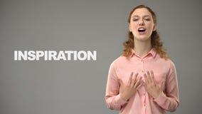 Vrouw die inspiratie in gebarentaal, tekst op achtergrond, mededeling zeggen stock footage
