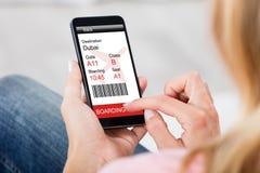 Vrouw die Instapkaart op Slimme Telefoon thuis produceren royalty-vrije stock foto's