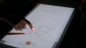 Vrouw die interactieve touchscreen projectorvertoning voor tekening gebruiken bij tentoonstelling stock footage