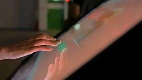 Vrouw die interactieve touchscreen vertoning gebruiken bij modern museum stock videobeelden
