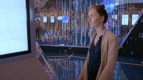Vrouw die interactieve touchscreen vertoning gebruiken bij moderne technologietentoonstelling stock footage