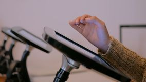 Vrouw die interactieve touchscreen vertoningstablet gebruiken bij Joods modern museum stock video