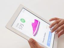 Vrouw die Internet doen die op tabletcomputer winkelen Stock Fotografie