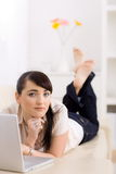 Vrouw die Internet doorbladert Royalty-vrije Stock Afbeeldingen
