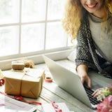Vrouw die Internet-Giftconcept zoeken royalty-vrije stock afbeelding
