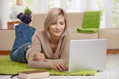 Vrouw die Internet op laptop doorbladert Royalty-vrije Stock Afbeeldingen