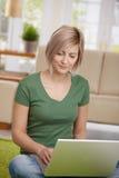 Vrouw die Internet op laptop doorbladert Stock Foto's