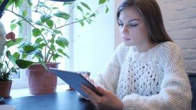 Vrouw die Internet op Tabletpc doorbladeren, die op Laag zitten stock video
