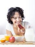 Vrouw die jamtoosts voor een gezond ontbijt op witte backgro eten Stock Foto