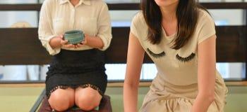 Vrouw die Japanse groene thee maken stock fotografie