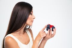 Vrouw die jewerly giftdoos openen Royalty-vrije Stock Afbeeldingen