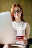 Vrouw die kaart voor aankoop gebruiken royalty-vrije stock afbeelding