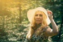 Vrouw die in kant het bos in het mooie zonlicht smilling Su stock afbeelding