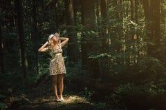 Vrouw die in kant het bos in het mooie zonlicht smilling Su stock afbeeldingen