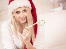 Vrouw die in Kerstmanhoed over Kerstmis denken Royalty-vrije Stock Foto