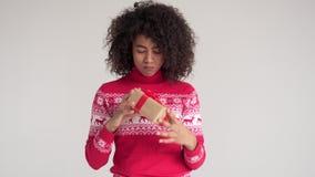 Vrouw die Kerstmis huidig in doos veronderstellen stock videobeelden