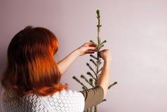 Vrouw die Kerstmisboom verfraait Royalty-vrije Stock Foto