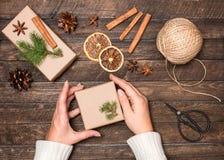 Vrouw die Kerstmisgiften verfraaien Stelt het verpakken inspiraties voor Stock Foto's