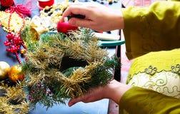 Vrouw die Kerstmiskroon maakt Stock Foto