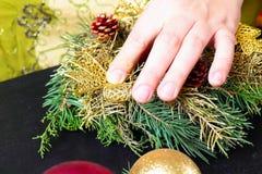 Vrouw die Kerstmiskroon maakt Royalty-vrije Stock Foto's