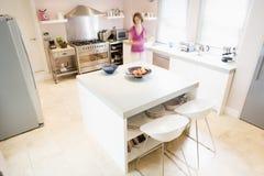 Vrouw die in keuken voedsel voorbereidt Stock Afbeeldingen