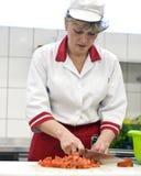 Vrouw die in keuken werkt Royalty-vrije Stock Afbeelding