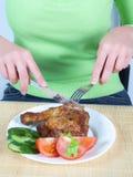 Vrouw die kip 2 eet Royalty-vrije Stock Afbeeldingen