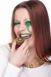 Vrouw die kiwi eten stock afbeeldingen