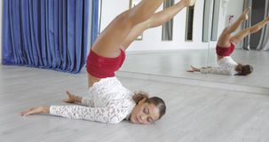Vrouw die in klasse dansen stock videobeelden